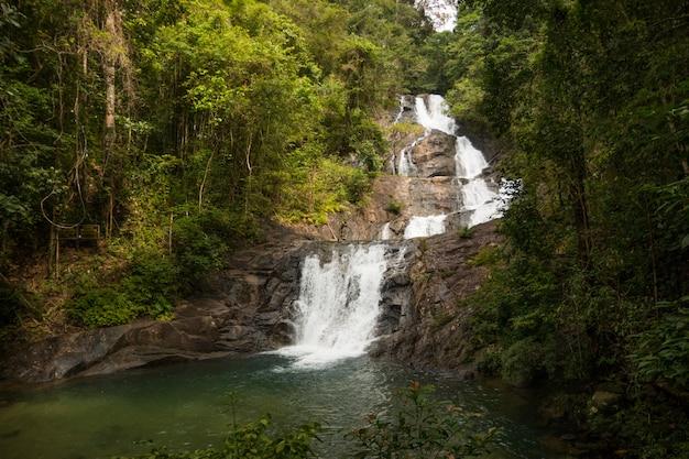 Красивый водопад лампи в каолак - национальный парк лумру