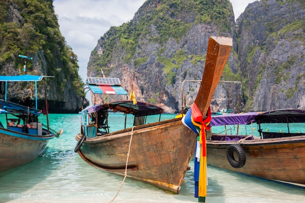 熱帯のビーチ、伝統的なロングテールボート、有名なマヤ湾