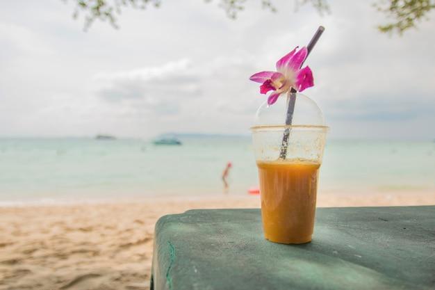 Свежий фруктовый сок на пляже