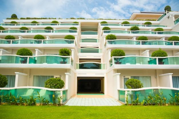 対称的なモダンなホテルの建物