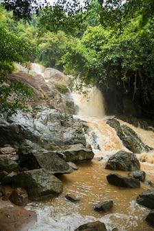 Сильный водопад в сезон дождей на острове самуи, таиланд