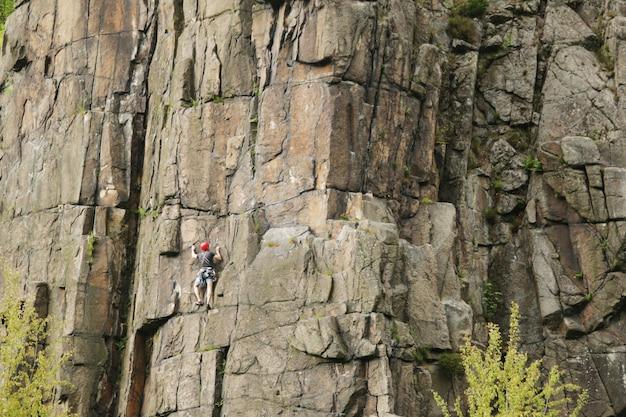 岩の上の女性登山家