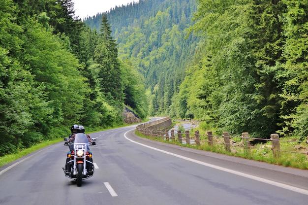 田舎道のオートバイ