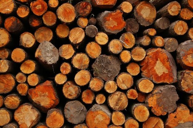 Куча деревянных бревен