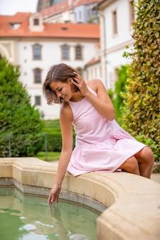 Портрет молодой женщины в саду валленштейна в праге, чешская республика