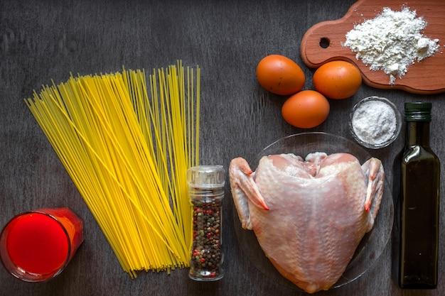 未調理のスパゲッティと生の鶏肉を乗せて。