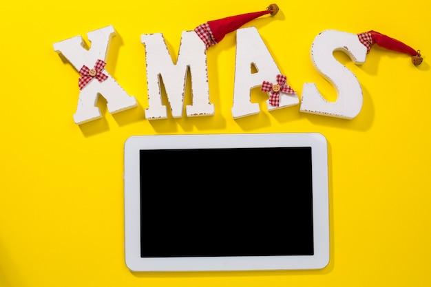 クリスマスの飾りとスマートフォン