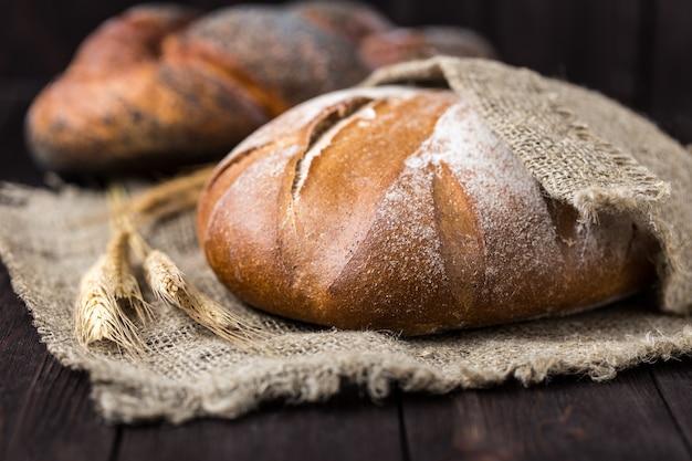 テーブルの上の焼きたてのパン。自家製パン。