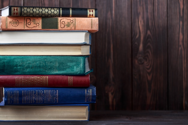 Старые книги на деревянный стол. источник информации
