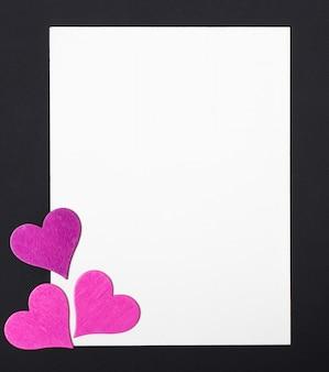 Концепция любви на день матери и день святого валентина. с днем святого валентина сердца на деревянном фоне