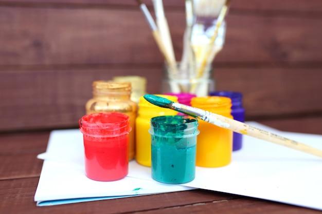 Набор кистей и масляных красок