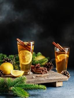 スパイシーなグロッグカクテル。クリスマスまたは新年の熱い冬の飲み物