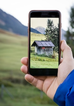 スマートフォンで山小屋の写真を撮る
