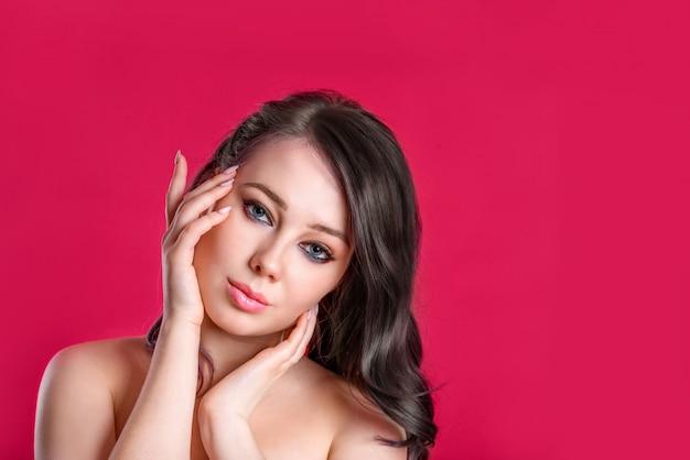 黒髪コピースペース、若い女の子の明るいジューシーなイメージと美しい女性
