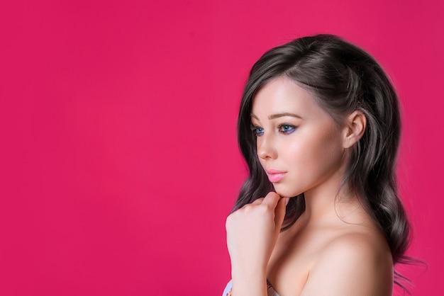 Красивая женщина с темными волосами копией пространства, яркий сочный образ молодой девушки