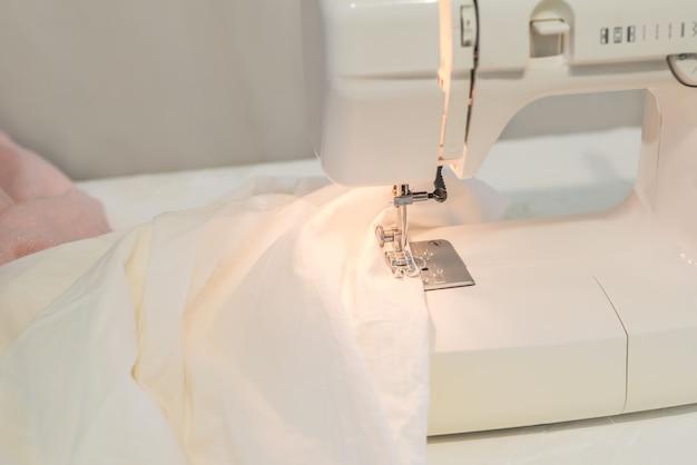 ミシン、白い布縫い、テーラー