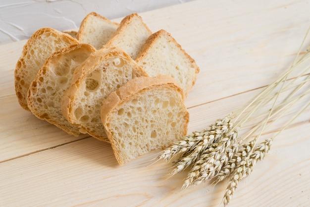 Домашний слайд хлеб на деревянной подставке