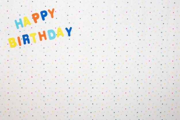 白い背景の上の星とカラフルな幸せな誕生日の願い