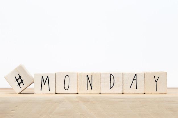 ハッシュタグと単語月曜日、ソーシャルメディアの概念を持つ木製キューブ