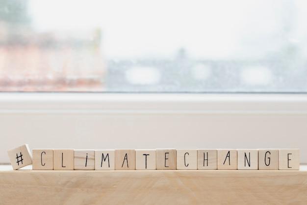 ハッシュタグと単語気候変動、ソーシャルメディア、環境の概念を持つ木製キューブ