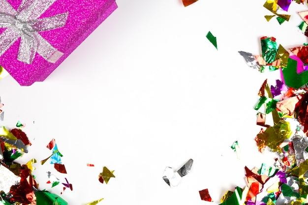 マルチカラーの紙吹雪とカラフルなプレゼントの分離、誕生日やパーティーの背景
