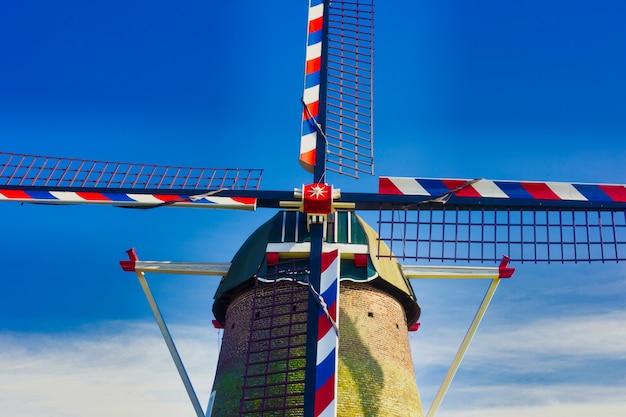 オランダの青い空の下で伝統的なオランダの風車クローズアップ