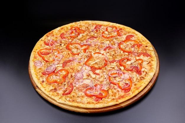 Пицца маргарита на темном фоне