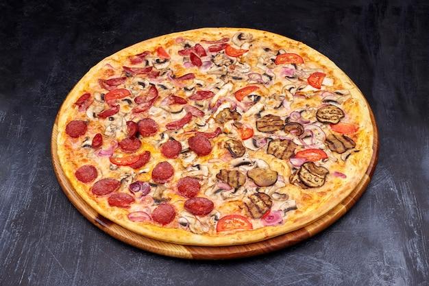 暗い背景にピザ「四季」