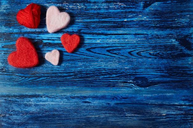 Сердца на синем фоне деревянные. любовь. день святого валентина.