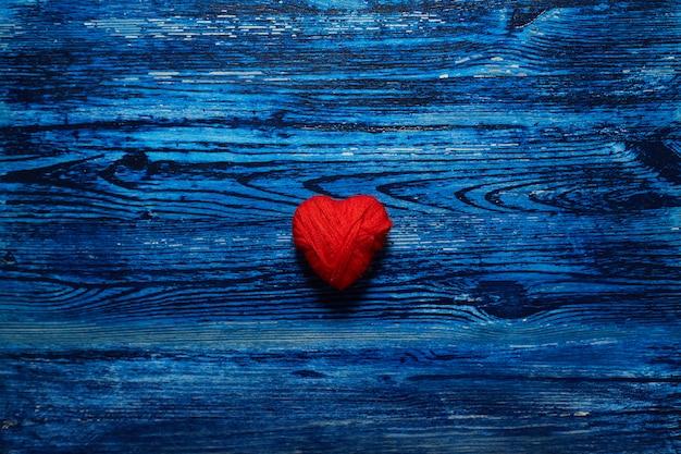 Сердце на синем фоне деревянные. любовь. день святого валентина.