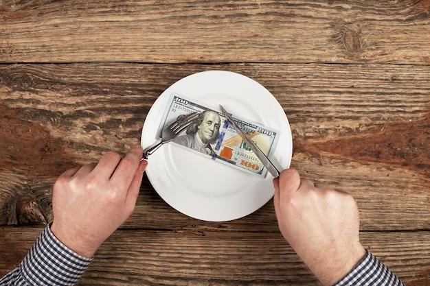 Сто долларов на тарелку. режет доллары