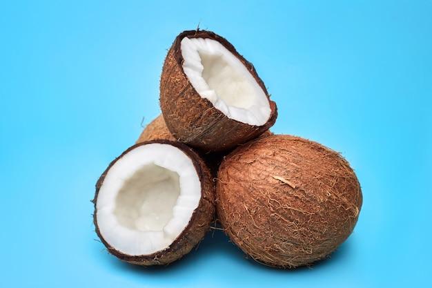 熟したココナッツと青の天然有機油でフラットレイアウト構成
