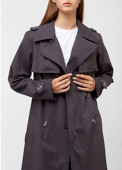 女性のトレンチコート。木炭色。白で隔離