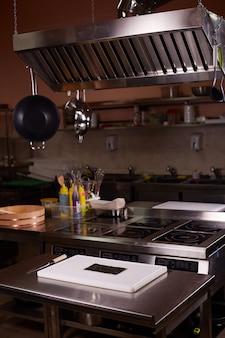 Повар шеф-повара на рабочем месте на кухне.
