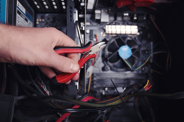 Инженер ремонтирует компьютер.