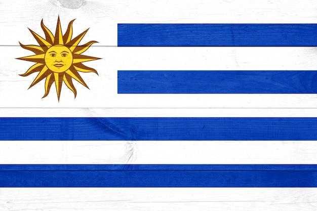 Флаг уругвая на фоне шероховатой деревянной доски