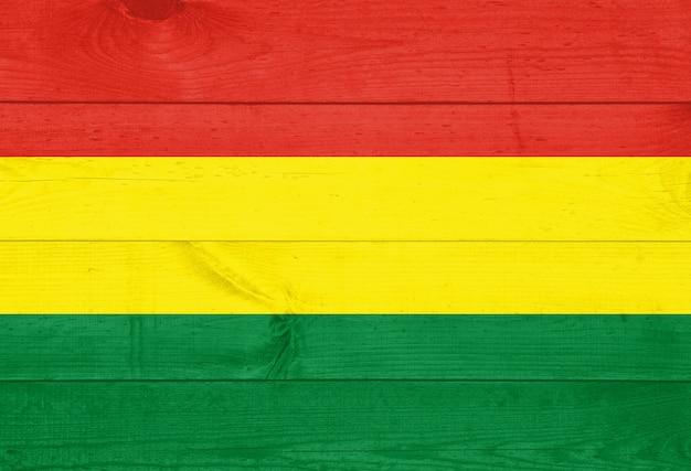 背景の木製の壁に描かれたボリビアの国旗。