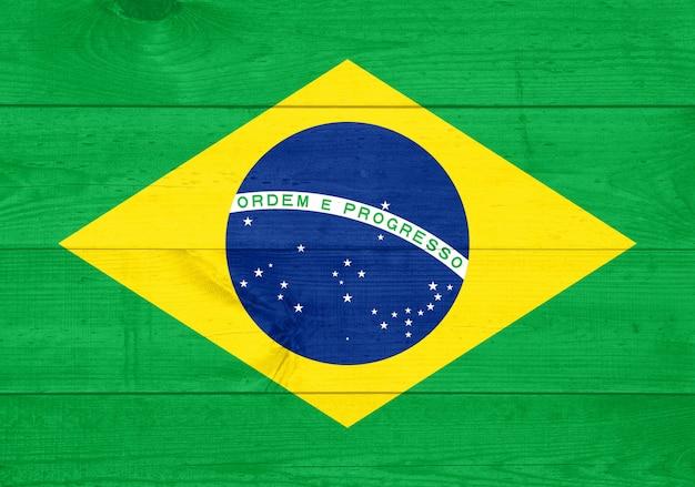 古い木材の背景に描かれたブラジルの国旗
