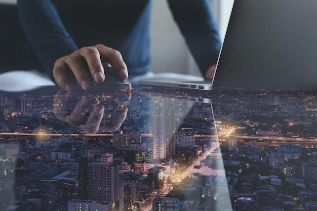 近代的なオフィスのラップトップコンピューターで作業するビジネスマン