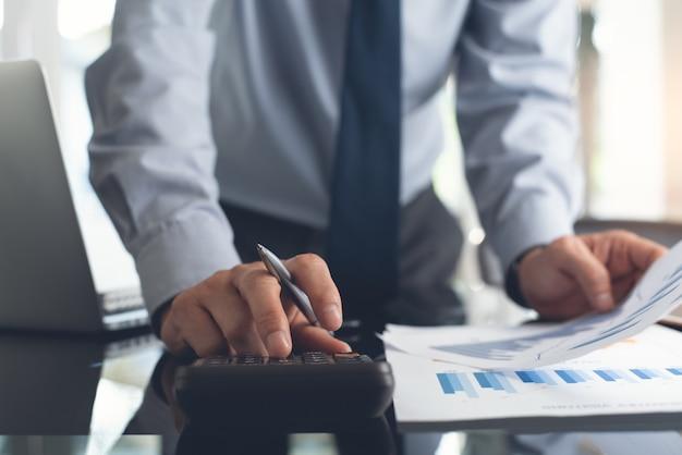Бизнесмен рассматривает маркетинговый отчет в офисе