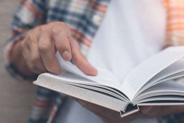 若い男は本を読んで