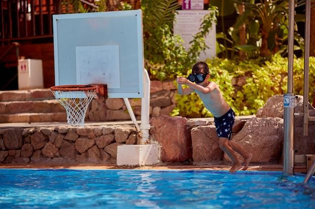プールでジャンプ少年