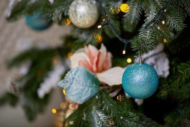 近い角度でクリスマスツリーのクリスマスのおもちゃ