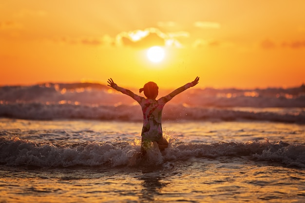 シルエットの生活と夕暮れ時のビーチでのアクティビティ