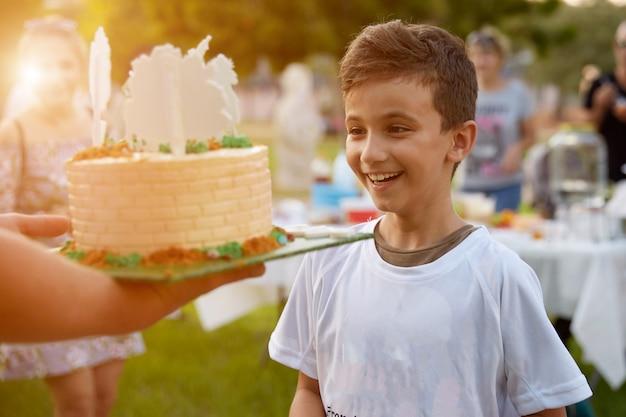 Отец раздает праздничную тору своему сыну, поздравляя любимого мальчика