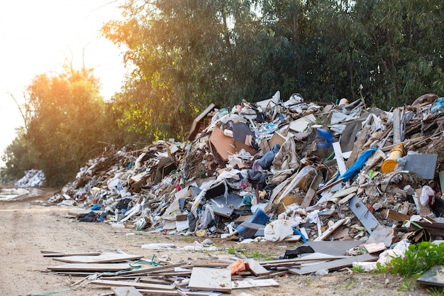 壁の何千ものゴミ袋