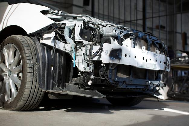 ガレージで壊れた白い車