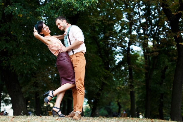 若い幸せなカップルを抱き締めると笑って