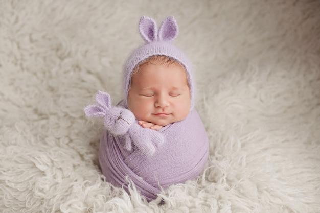 Новорожденный мальчик. фотосессия новорожденного. новорожденный ребенок в шляпе кролика