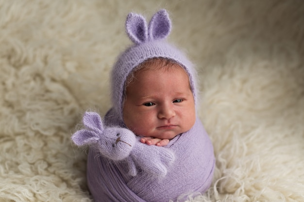 新生児の女の子。新生児の写真撮影。バニー帽子の生まれたばかりの赤ちゃん